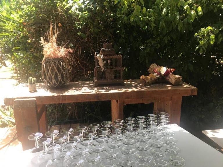 verres posés sur la table du banquet